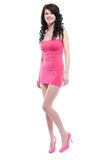 Schöne junge Frau, die in einem rosafarbenen Kleid aufwirft Lizenzfreie Stockbilder