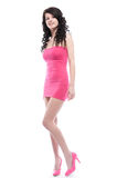 Schöne junge Frau, die in einem rosafarbenen Kleid aufwirft Lizenzfreies Stockfoto