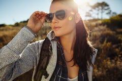 Schöne junge Frau, die an einem Sommertag wandert Lizenzfreie Stockfotos