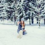 Schöne junge Frau, die an einem Wintertag spielt stockbild