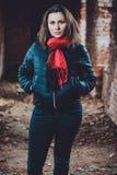 Schöne junge Frau, die in einem zerstörten Gebäude im kalten Ertrinken steht stockbilder