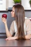 Junge Frau, die einen Apfel isst Lizenzfreies Stockbild