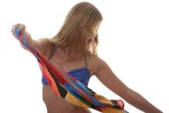 Schöne junge Frau, die einen blauen Bikini trägt Lizenzfreie Stockbilder