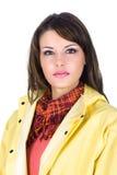 Schöne junge Frau, die einen gelben Regenmantel trägt Stockfoto