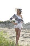 Schöne junge Frau, die einen Hut in der Natur trägt Lizenzfreie Stockfotos
