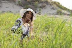Schöne junge Frau, die einen Hut in der Natur trägt Lizenzfreie Stockfotografie