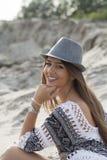 Schöne junge Frau, die einen Hut in der Natur trägt Stockfotos