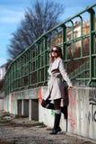 Schöne junge Frau, die einen Mantel an einem sonnigen Wintertag trägt Stockfotos