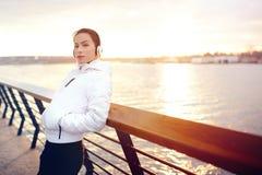 Schöne junge Frau, die einen Moment nachdem dem Laufen genießt Lizenzfreies Stockfoto