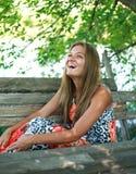 Schöne junge Frau, die einen Sommer genießt Lizenzfreies Stockbild