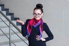 Schöne junge Frau, die etwas darstellt Stockfoto