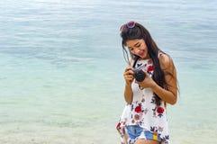 Schöne junge Frau, die Foto mit der Kamera mirrorless auf macht Lizenzfreies Stockbild