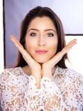 Schöne junge Frau, die Gesichtsyoga tut stockfoto