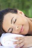 Schöne junge Frau, die am Gesundheits-Badekurort sich entspannt Stockfotografie