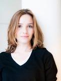 Schöne junge Frau, die glücklich schaut lizenzfreies stockfoto