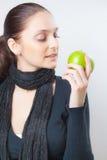 Schöne junge Frau, die grünen Apfel anhält Stockfotografie