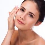 Schöne junge Frau, die ihr Gesicht berührt Frische gesunde Haut Lizenzfreie Stockfotografie