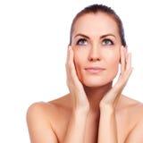 Schöne junge Frau, die ihr Gesicht berührt Frische gesunde Haut stockbilder