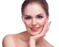 Schöne junge Frau, die ihr Gesicht berührt Frische gesunde Haut Lokalisiert auf Weiß lizenzfreies stockbild