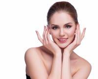 Schöne junge Frau, die ihr Gesicht berührt Frische gesunde Haut Lokalisiert auf Weiß lizenzfreie stockfotos