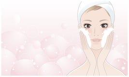 Schöne junge Frau, die ihr Gesicht wäscht Lizenzfreie Stockfotos