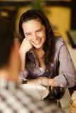 Schöne junge Frau, die an ihrem Partner lächelt Stockfotografie
