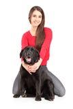 Schöne junge Frau, die ihren Hund umarmt Lizenzfreie Stockfotografie