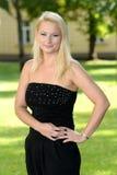 Schöne junge Frau, die im Park aufwirft Lizenzfreie Stockfotografie