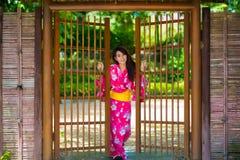 Schöne junge Frau, die japanisches traditionelles Yukata trägt Stockfoto