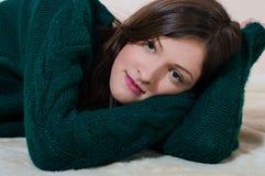 Schöne junge Frau, die Kamera betrachtet Lizenzfreies Stockbild