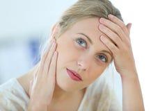 Schöne junge Frau, die Kopfschmerzen hat Lizenzfreie Stockfotos
