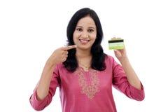 Schöne junge Frau, die Kreditkarte hält lizenzfreie stockfotos