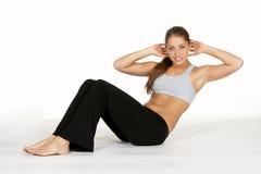 Schöne junge Frau, die Magen-Knirschen tut Stockfoto