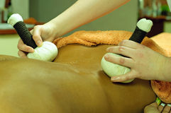 Schöne junge Frau, die Massage am Badekurort erhält Lizenzfreie Stockfotografie