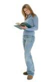 Schöne junge Frau, die mit dem Buch geöffnet steht Stockfoto