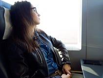 Schöne junge Frau, die mit dem Zug reist Stockfoto