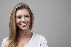 Schöne junge Frau, die mit Freude lächelt Stockfotografie