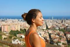 Schöne junge Frau, die mit geschlossenen Augen nach Übung atmet und die ruhige geistige Reflexion der Ruheruhe genießt lizenzfreie stockbilder