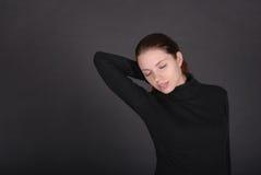 Schöne junge Frau, die mit geschlossenen Augen sich entspannt lizenzfreie stockfotos