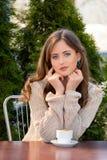 Schöne junge Frau, die morgens heißen Kaffee am Restaurant trinkt Lebensstilfoto, Mädchen, das ihren Morgenkaffee im summe genieß stockfotos