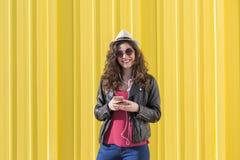 Schöne junge Frau, die Musik mit Kopfhörern und havi hört Lizenzfreies Stockbild