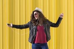 Schöne junge Frau, die Musik mit Kopfhörern und havi hört Lizenzfreie Stockfotografie