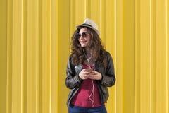 Schöne junge Frau, die Musik mit Kopfhörern und havi hört Stockbilder