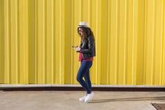 Schöne junge Frau, die Musik mit Kopfhörern und havi hört Stockfotos