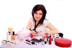 Schöne junge Frau, die Nagellack anwendet Lizenzfreie Stockfotos