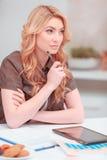 Schöne junge Frau, die in Netz surft Stockbild