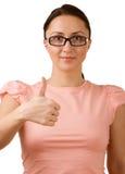 Schöne junge Frau, die okayzeichen zeigt. Lizenzfreie Stockfotos