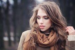 Schöne junge Frau, die in Park geht Weibliches vorbildliches Gesicht lizenzfreies stockbild
