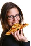 Schöne junge Frau, die Pizza isst Stockfoto