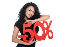 Schöne junge Frau, die Prozentsatzzeichen des Rabattes hält Lizenzfreie Stockfotografie